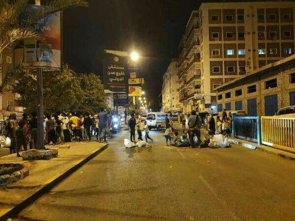 احتجاجات شعبية في عدن واغلاق الشارع الرئيسي في المعلا بسبب انقطاع الكهرباء
